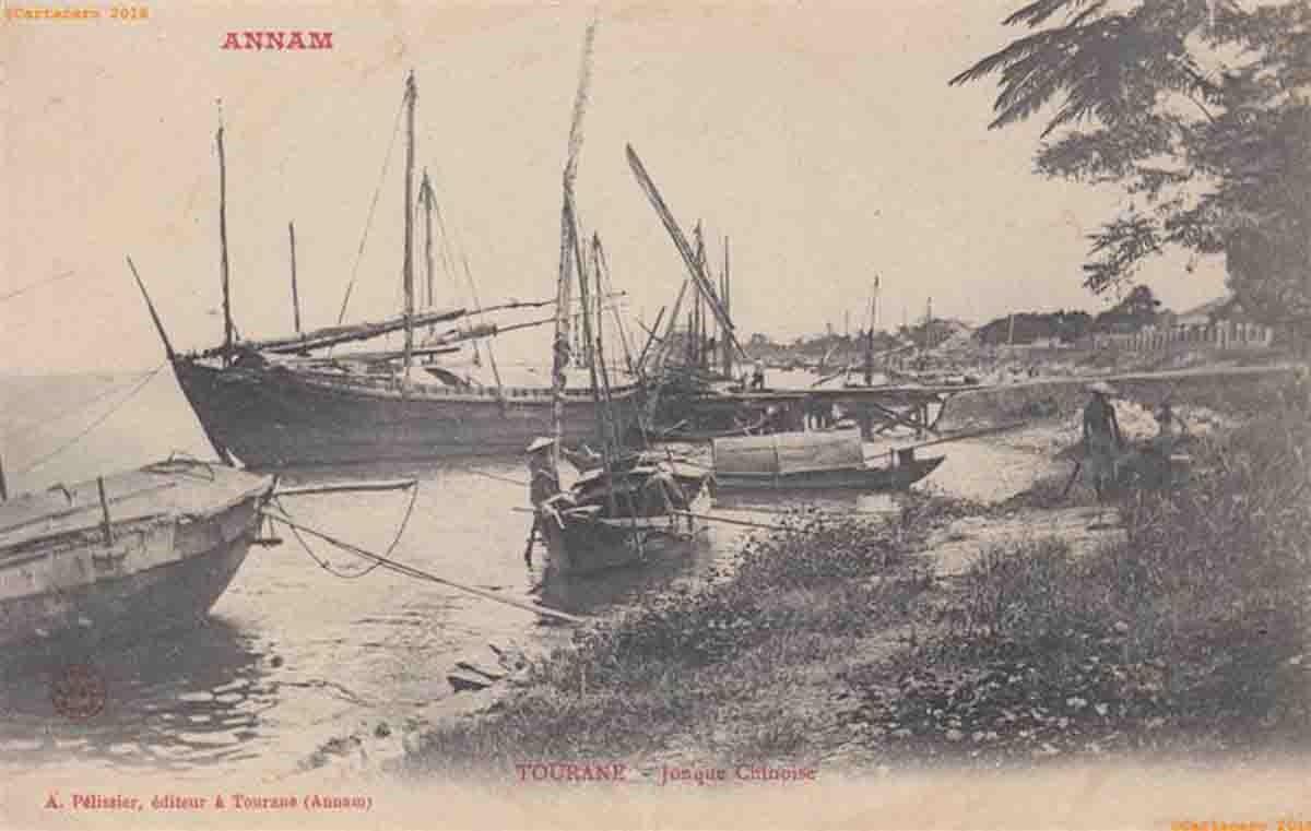 Hình ảnh chiếc ghe bầu được nhà sản xuất bưu thiếp Albert Pélissier in trong những con tem. Ảnh tư liệu