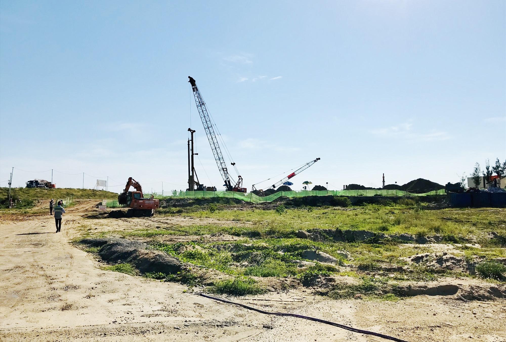 Lãnh đạo tỉnh đề nghị Điện Bàn phải tính toán quy hoạch khu thương mại dịch vụ sầm uất ở khu vực ven biển để tạo sự khác biệt nhằm thu hút khách du lịch. Ảnh: Q.T