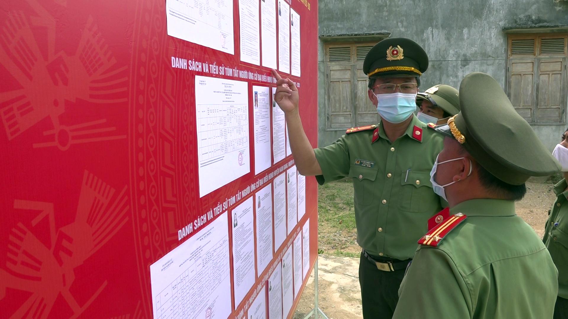 Thượng tá Nguyễn Thành Long kiểm tra điểm bầu cử tại thôn Ga-Lêê, xã Tà Bhing.