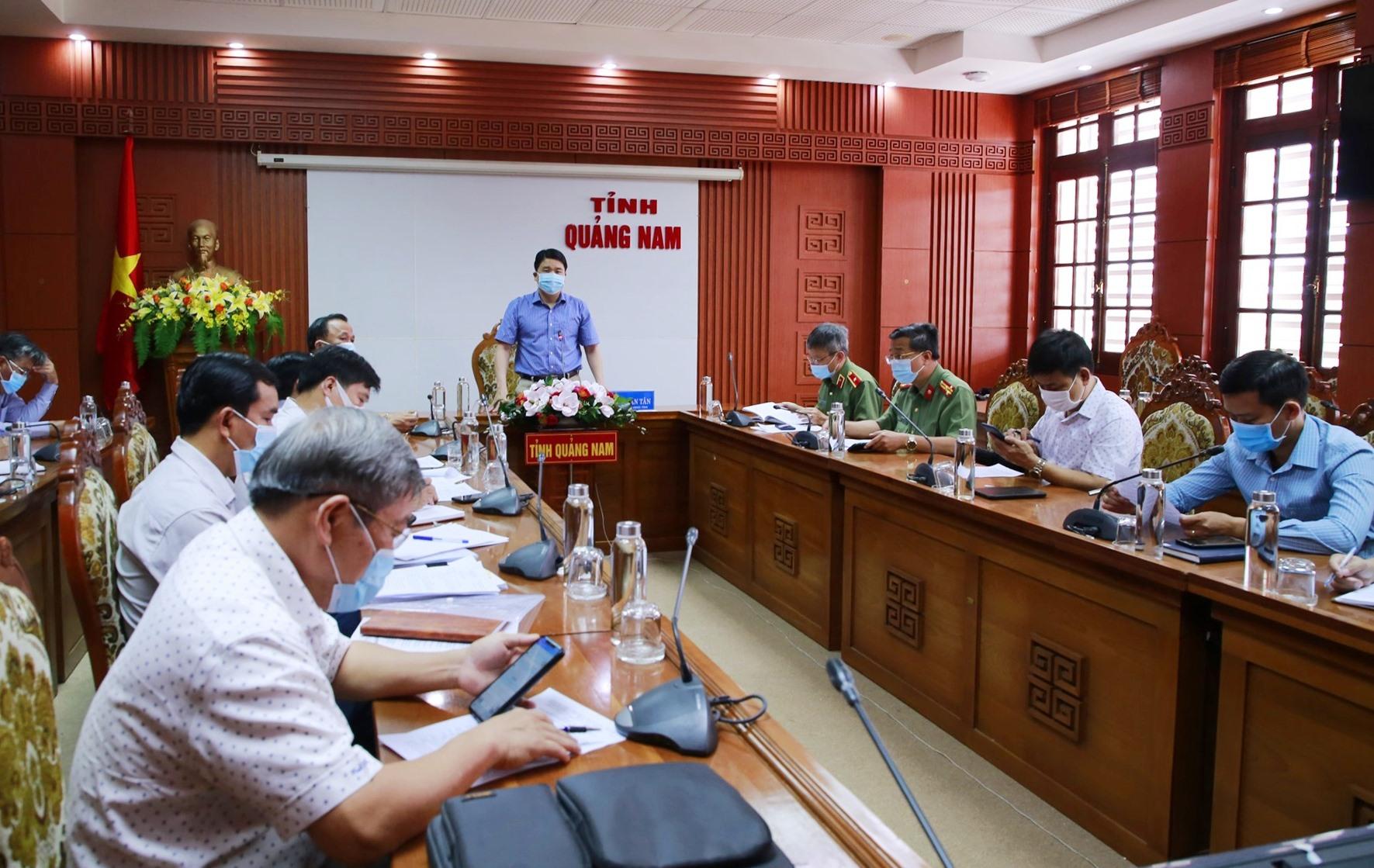 Phó Chủ tịch UBND tỉnh Trần Văn Tân chủ trì cuộc làm việc. Ảnh: T.C