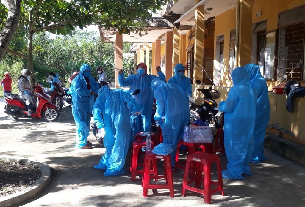 Huyện Nông Sơn khẩn trương lấy mẫu xét nghiệm và tiến hành các biện pháp phòng chống dịch cấp bách.