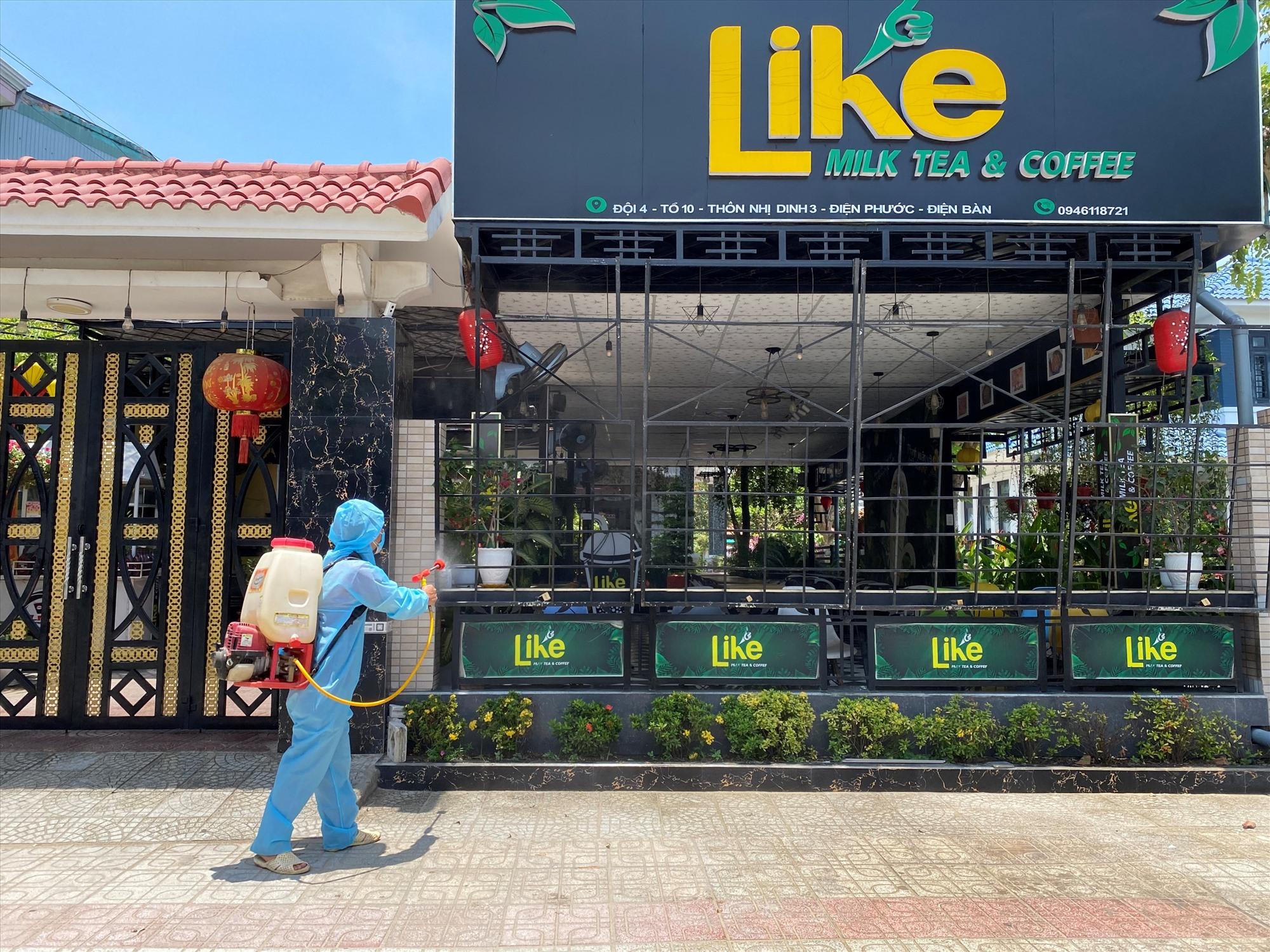 Sau khi tiến hành truy vết và cách ly tập trung các trường hợp F1, Thị xã Điện Bàn chủ động phun thuốc khử trùng các địa điểm liên quan. Ảnh: QUANG HÀ