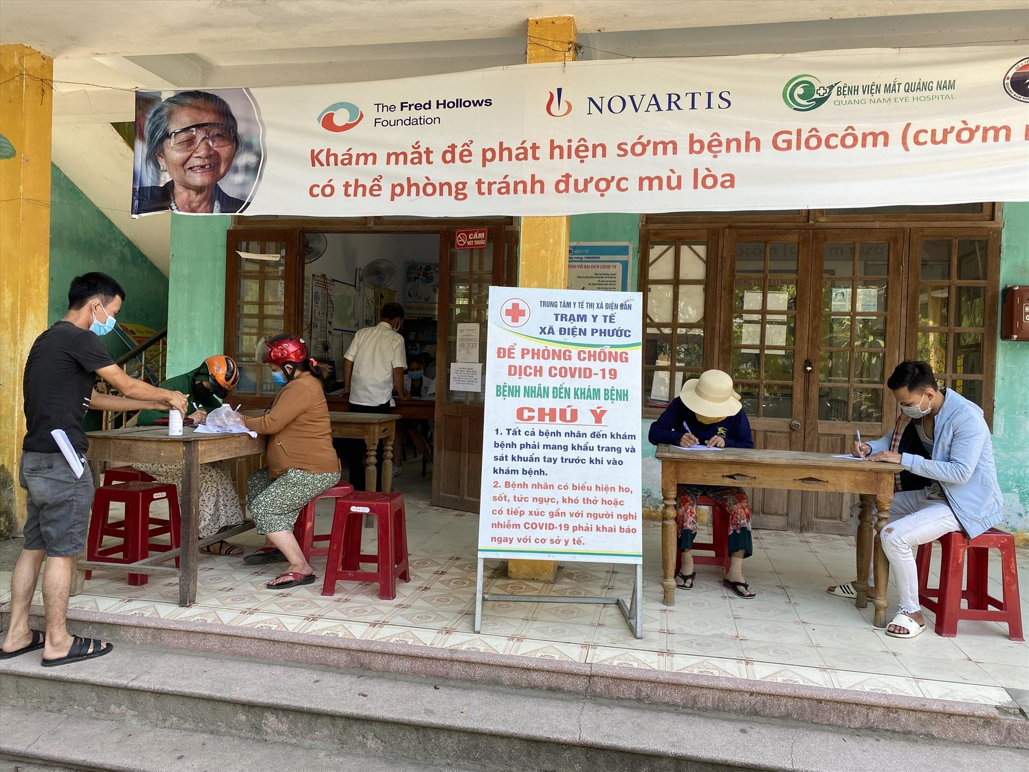 Người dân đến Trạm Y tế xã Điện Phước (Thị xã Điện Bàn) khai báo y tế trong sáng ngày 9.5. Ảnh: Quang Hà