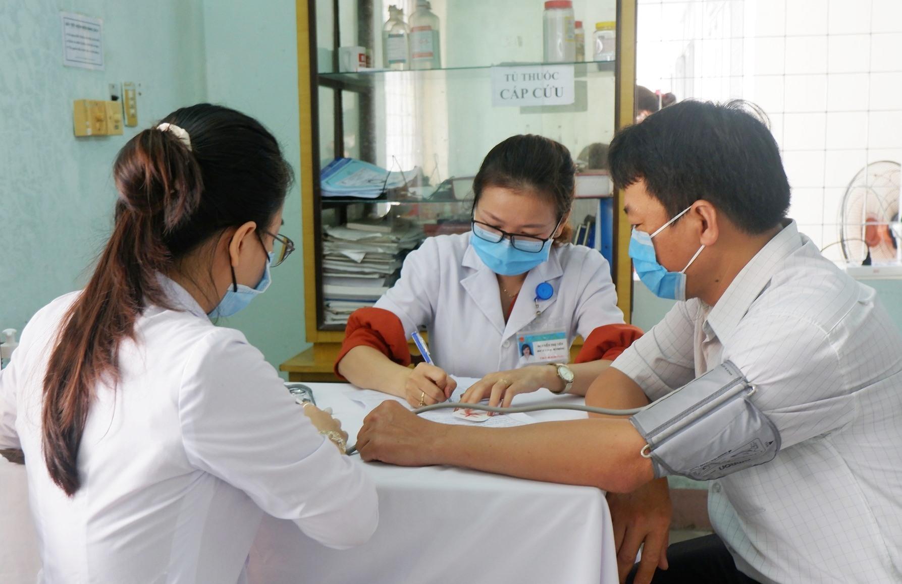 Quảng Nam đã tổ chức tiêm chủng vắc xin ngừa Covid-19 cho lực lượng tuyến đầu chống dịch với 11.520 người. Ảnh: X.H