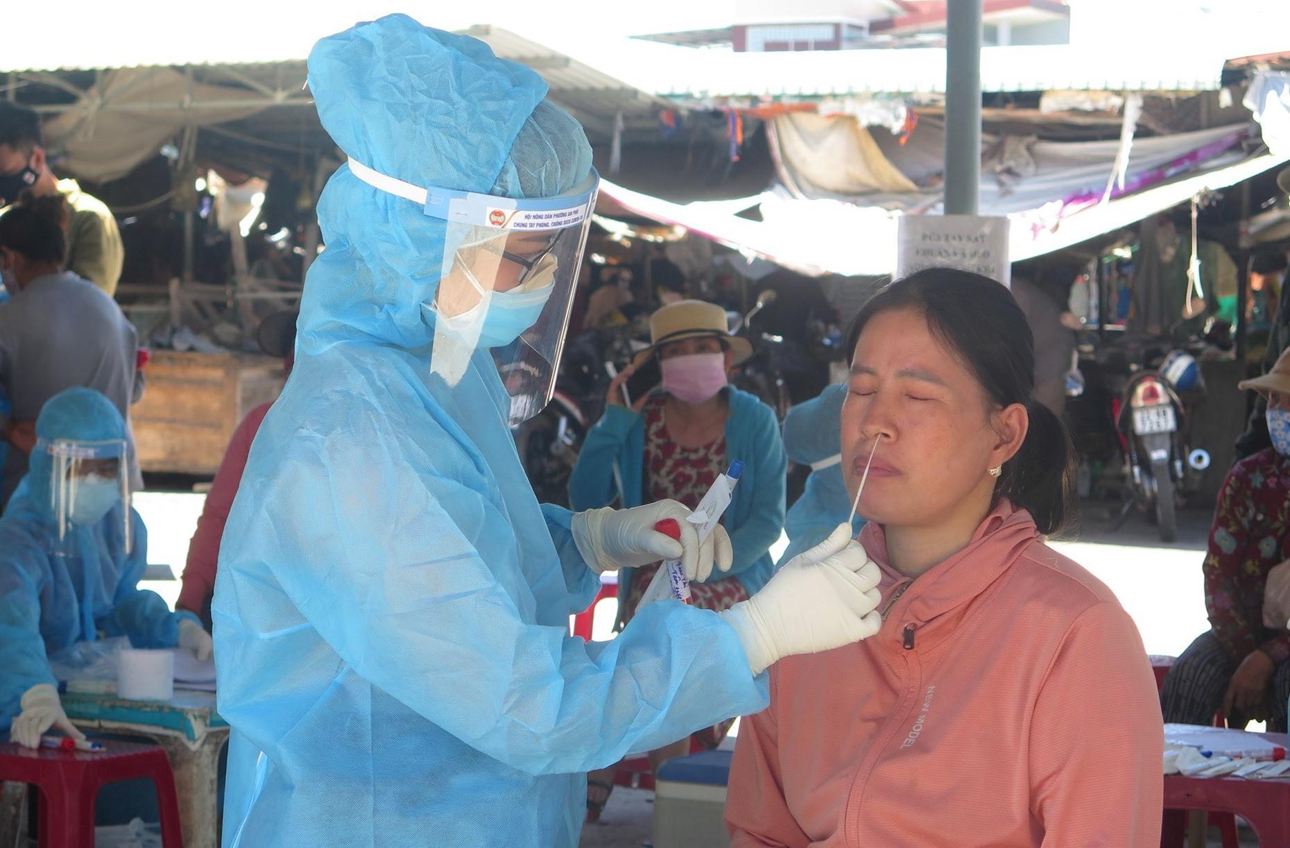 Ngành Y tế sẽ lấy mẫu đối với người về từ TP.Hồ Chí Minh và Hà Nội hiện đang cách ly tại nhà. Ảnh; X.H