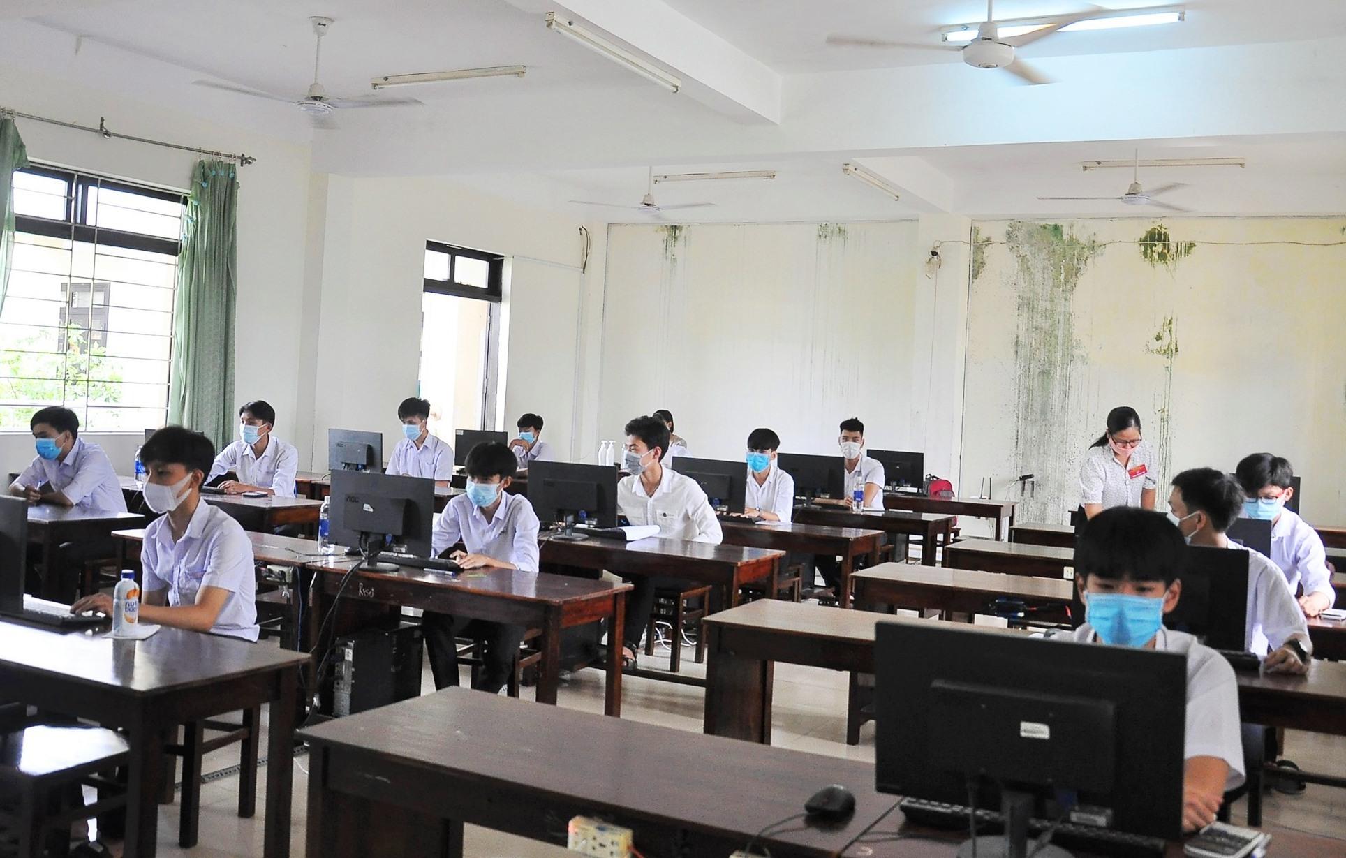 Các thí sinh cấp THPT tham gia hội thi tại Trường Chuyên Nguyễn Bỉnh Khiêm (TP.Tam Kỳ). Ảnh: V.A