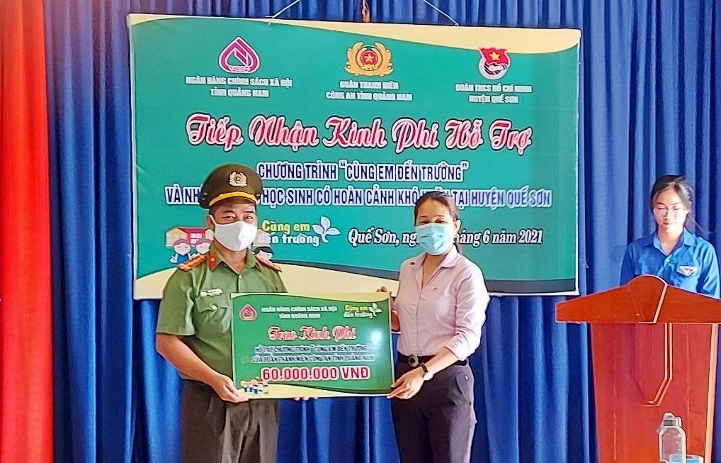 Ngân hàng CSXH chi nhánh Quảng Nam hỗ trợ 5 em học sinh lớp 10 có hoàn cảnh khó khăn ở huyện Quế Sơn. Ảnh: Q.VIỆT