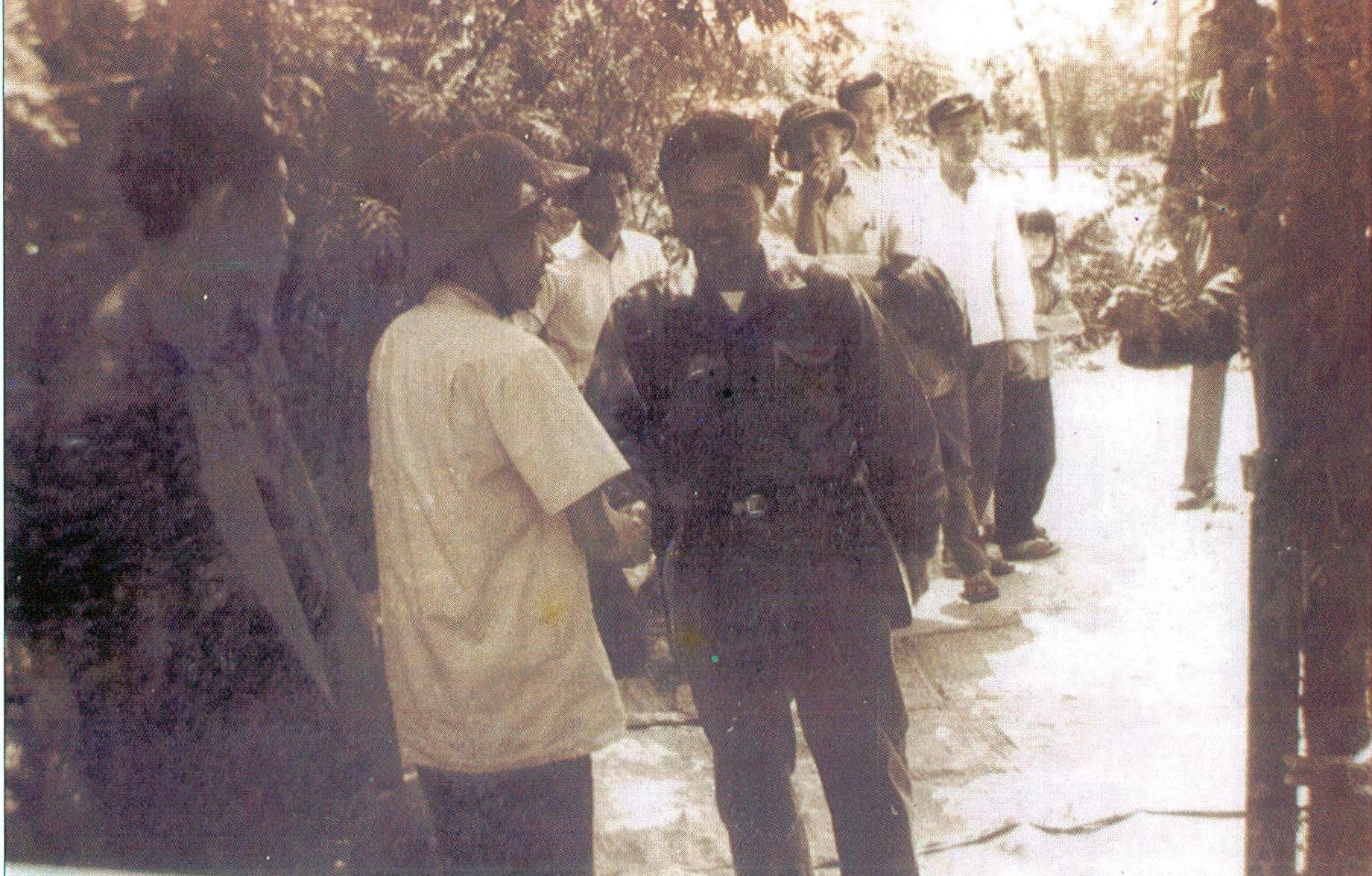 Đồng chí Phạm Hồng Quang - Ủy viên Thường vụ Đặc Khu ủy chia tay đồng chí Trần Thận - Bí thư Đặc Khu ủy Quảng Đà để hành quân về hướng đông thành phố.