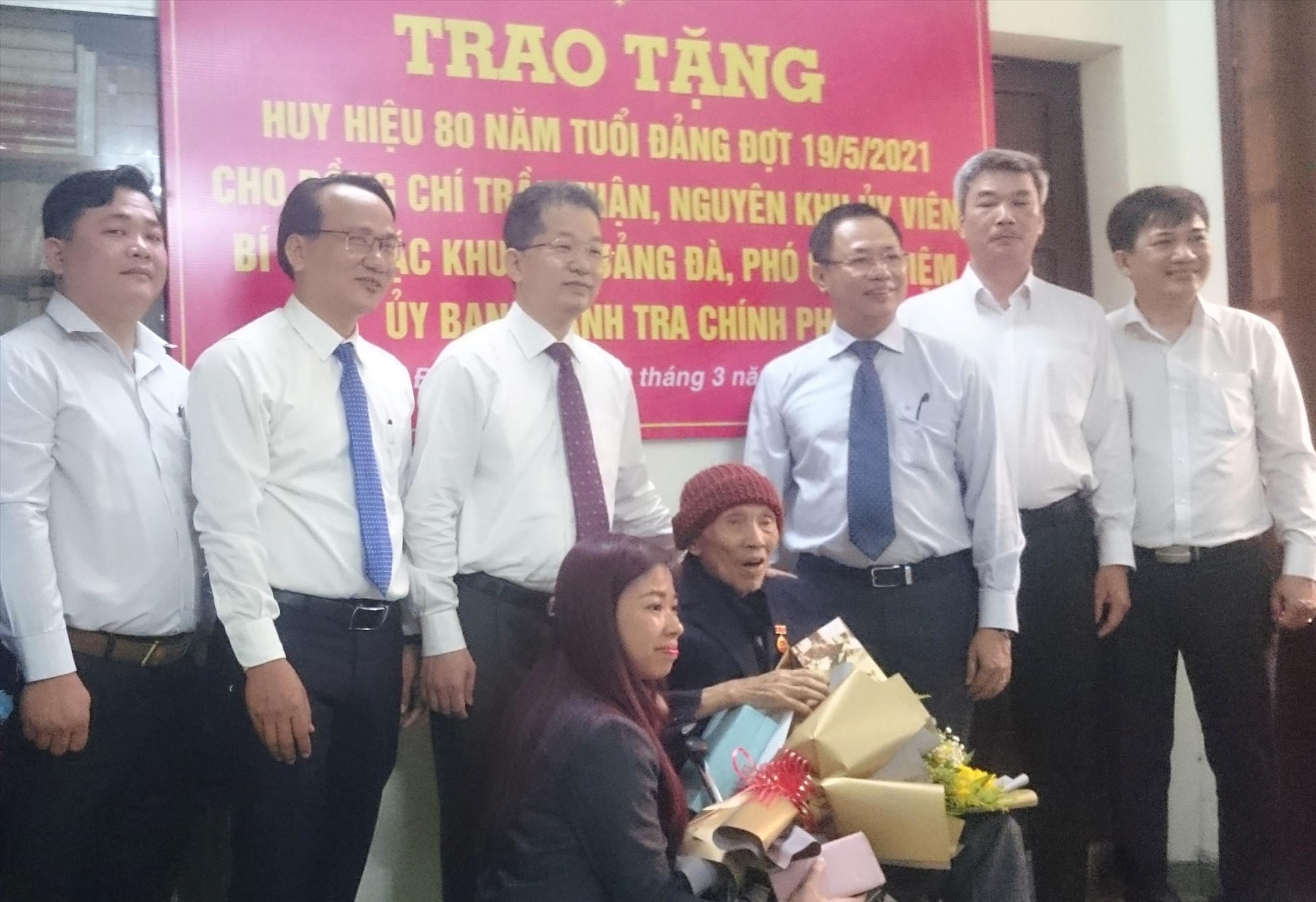 Thành ủy tổ chức Lễ trao Huy hiệu 80 năm tuổi Đảng cho đồng chí Trần Thận,