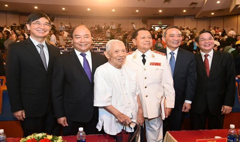 Thủ tướng Nguyễn Xuân Phúc, đồng chí Trần Thận cùng lãnh đạo Thành ủy Đà Nẵng, Tỉnh ủy Quảng Nam tại Lễ kỷ niệm 50 năm thành lập Đặc khu Quảng Đà (1967-2017).