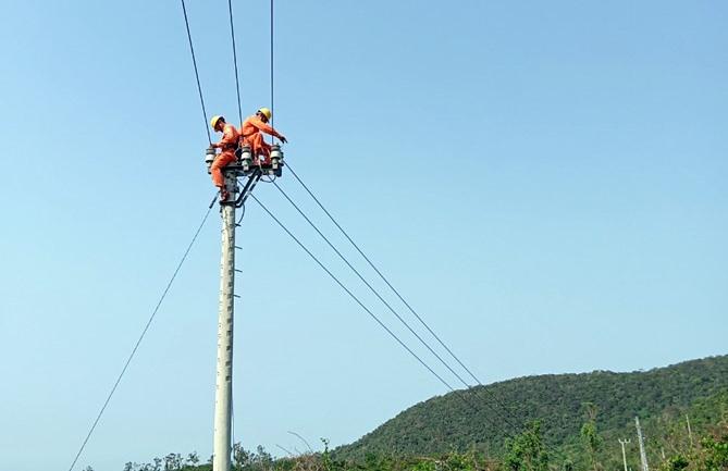 PC Quảng Nam chú trọng nâng cấp, sửa chữa lưới điện để đáp ứng nhu cầu cung cấp điện liên tục của khách hàng. Ảnh: T.L