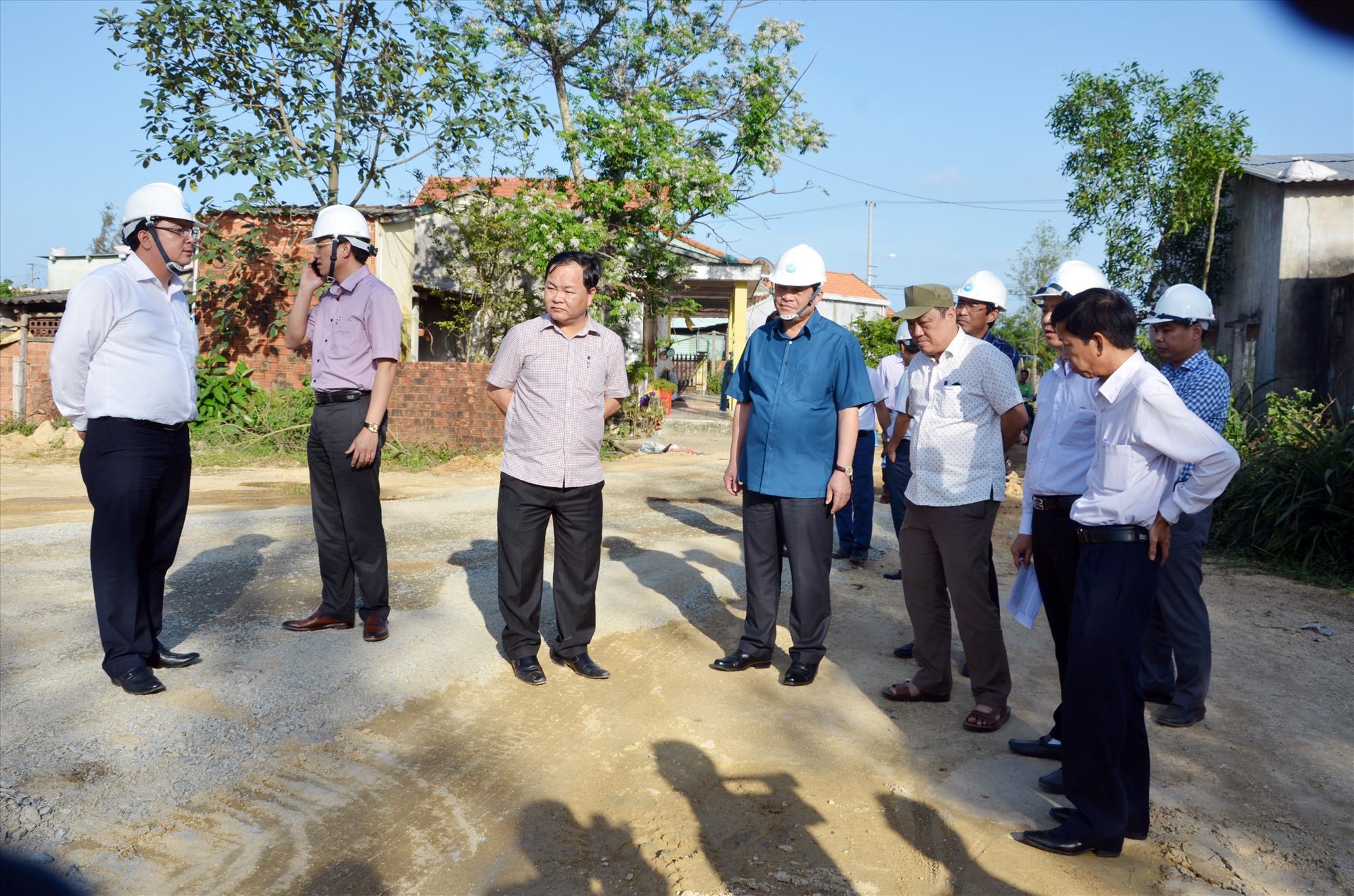 Bí thư Tỉnh ủy Phan Việt Cường kiểm tra một dự án giao thông chậm giải phóng mặt bằng tại Núi Thành (ảnh chụp cuối tháng 4.2021). Ảnh: H.P