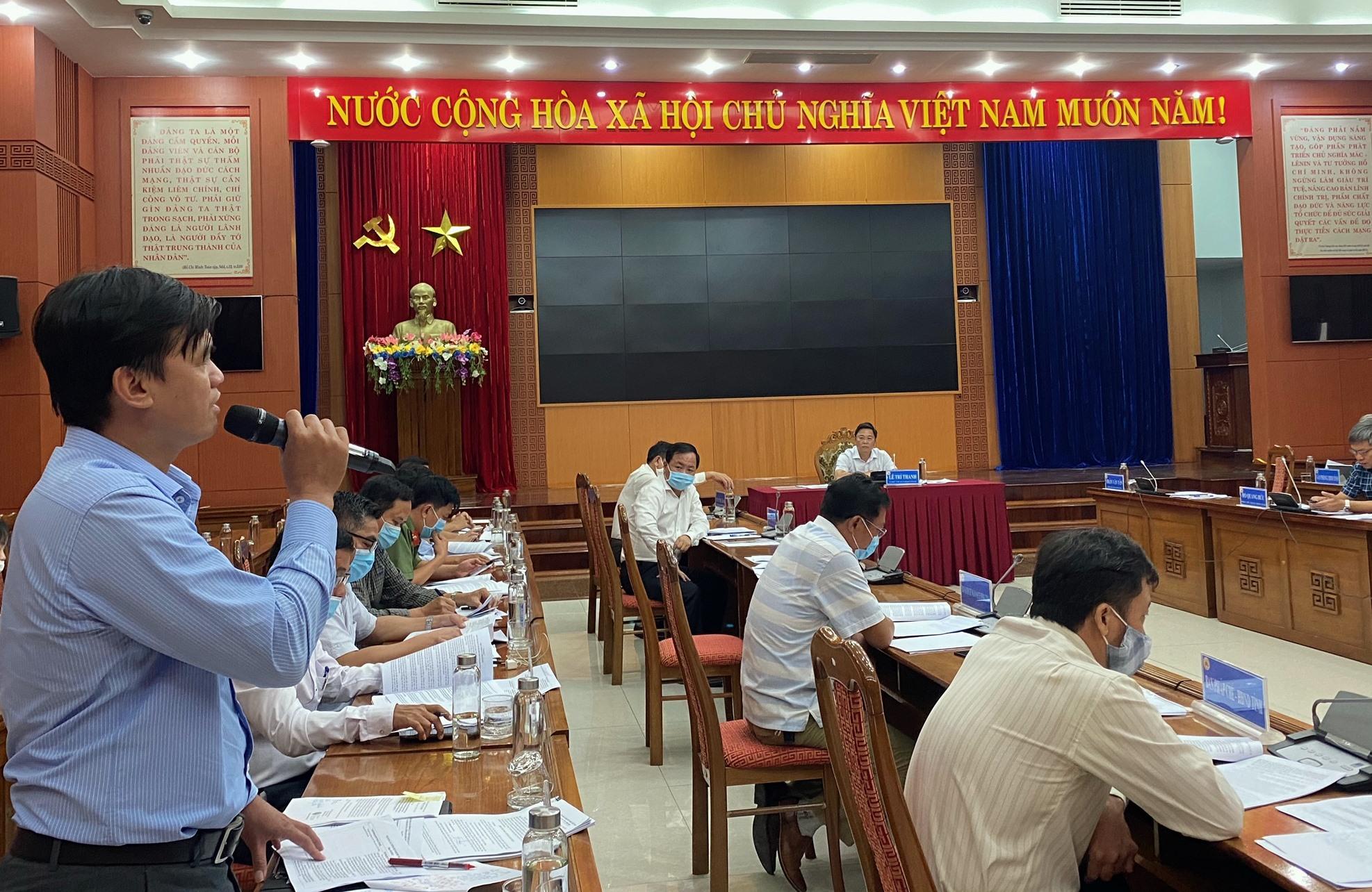 Phó Chủ tịch UBND thị xã Điện Bàn Nguyễn Minh Hiếu góp ý về dự thảo quy định chinh sách bồi thường. Ảnh: H.P