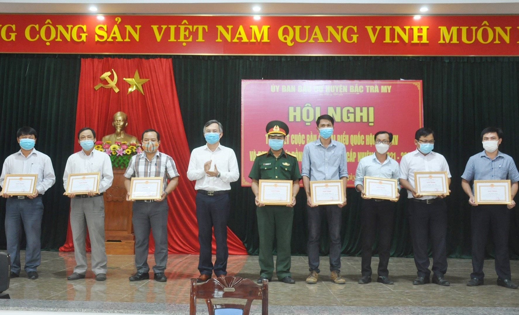 Chủ tịch UBND huyện Bắc Trà My Thái Hoàng Vũ tặng giấy khen cho các cá nhân có thành tích xuất sắc trong công tác bầu cử. Ảnh: N.Đ