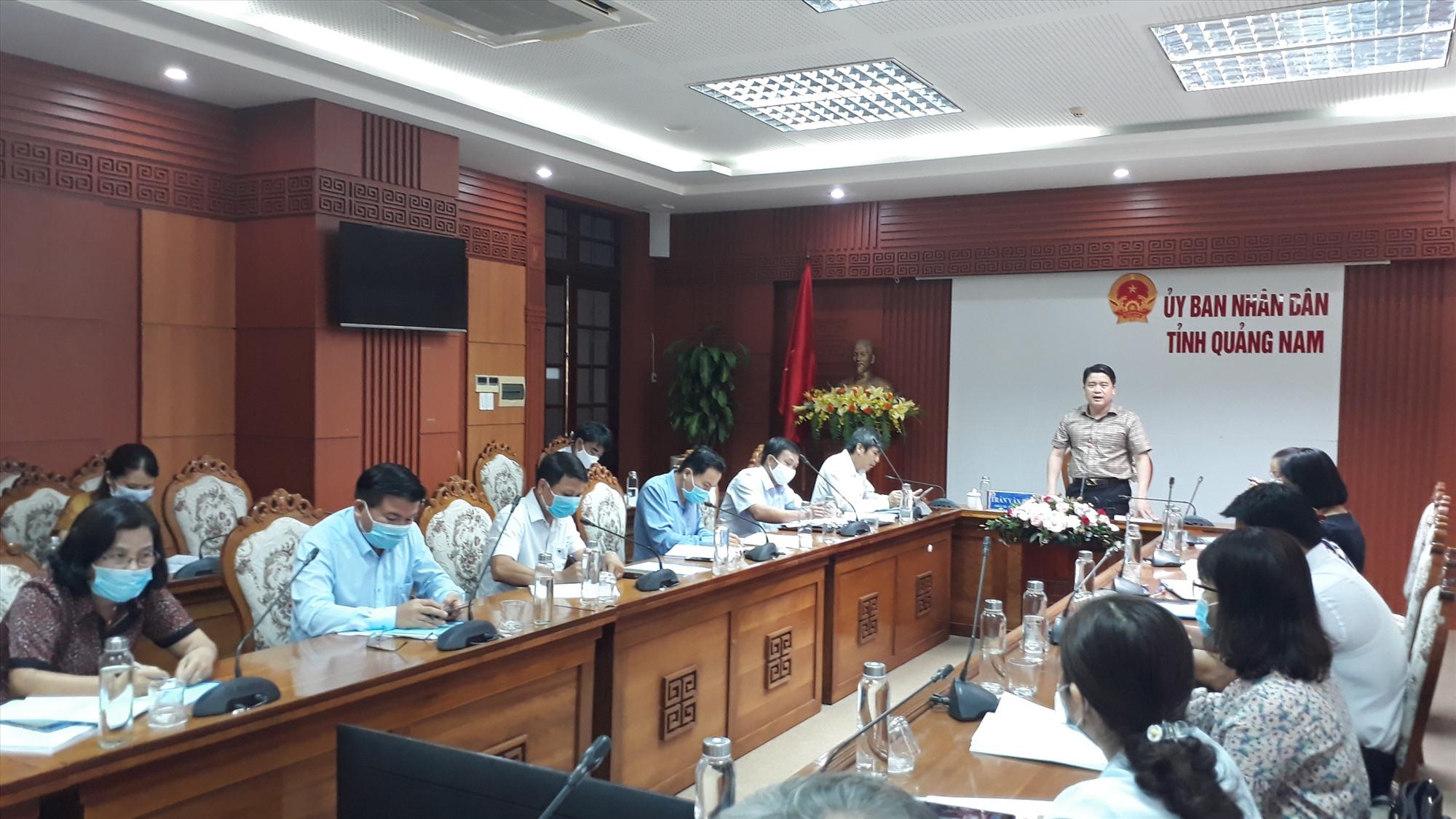Phó Chủ tịch UBND tỉnh Trần Văn Tân thống nhất trình HĐND tỉnh 2 đề án giáo dục. Ảnh: X.P