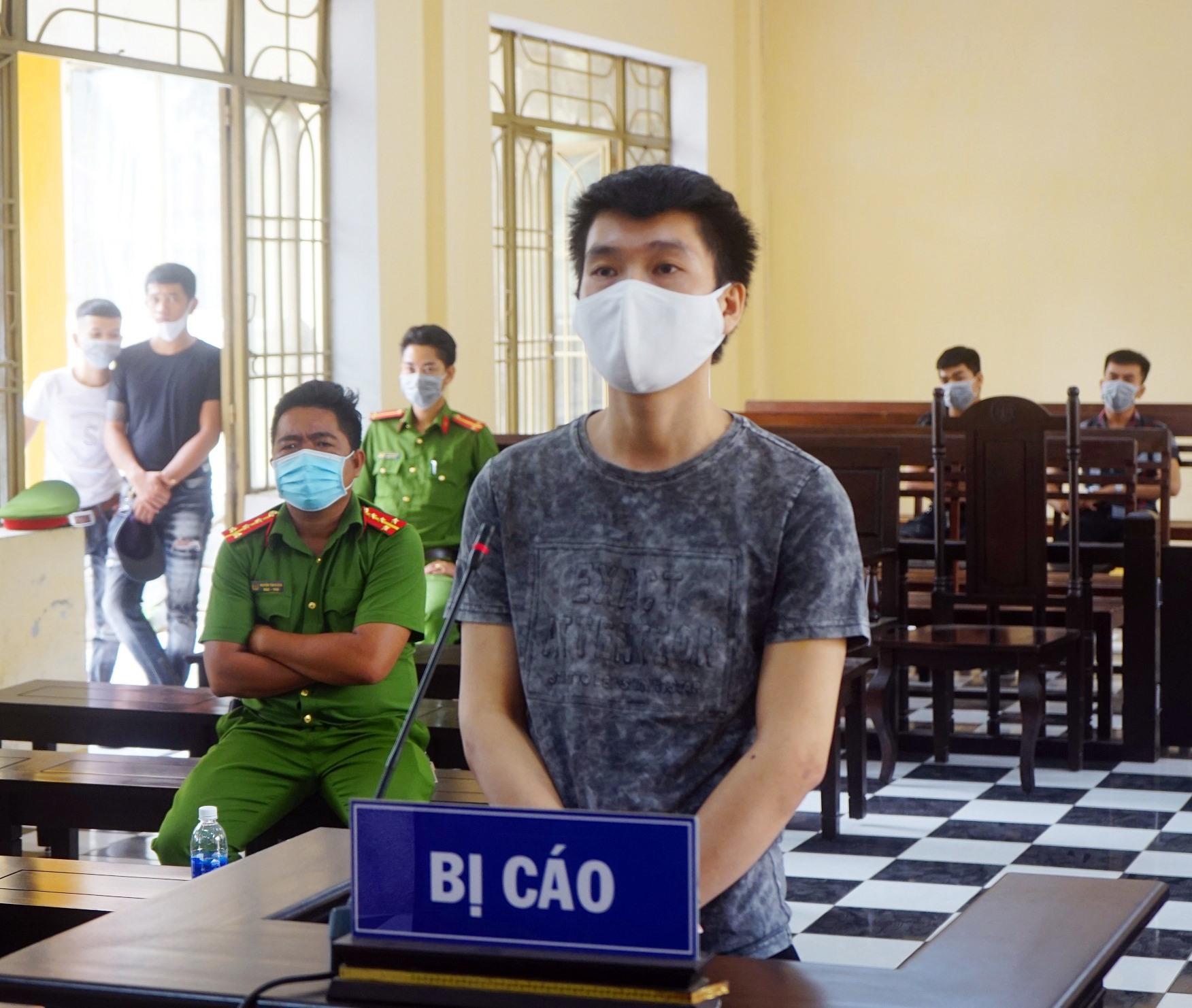 Bị cáo Huỳnh Nhân tại phiên tòa. Ảnh PHƯƠNG LOAN