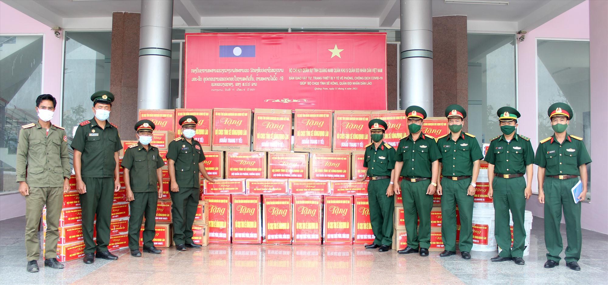 Bộ CHQS tỉnh hỗ trợ vật tư, trang thiết bị y tế cho Bộ CHQS tỉnh SêKông, Quân đội nhân dân Lào.