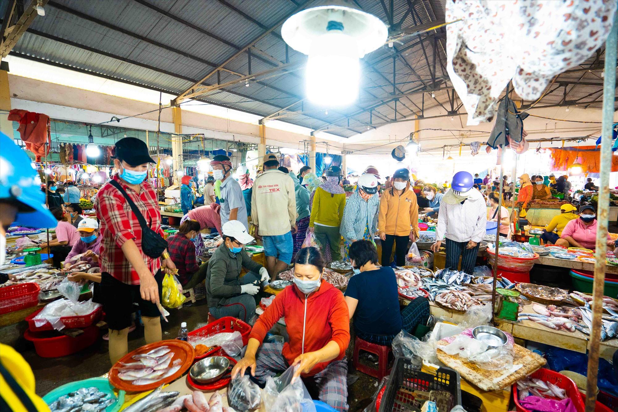 Khu chợ với hơn 2.000 tiểu thương buôn bán ổn định.