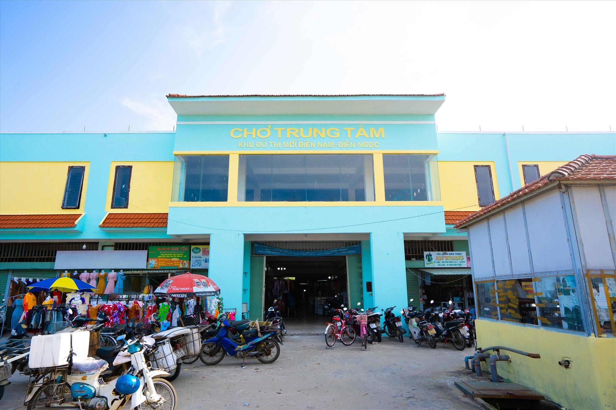 Chợ trung tâm đã hoạt động lâu năm, là tâm điểm kinh doanh thương mại dịch vụ.