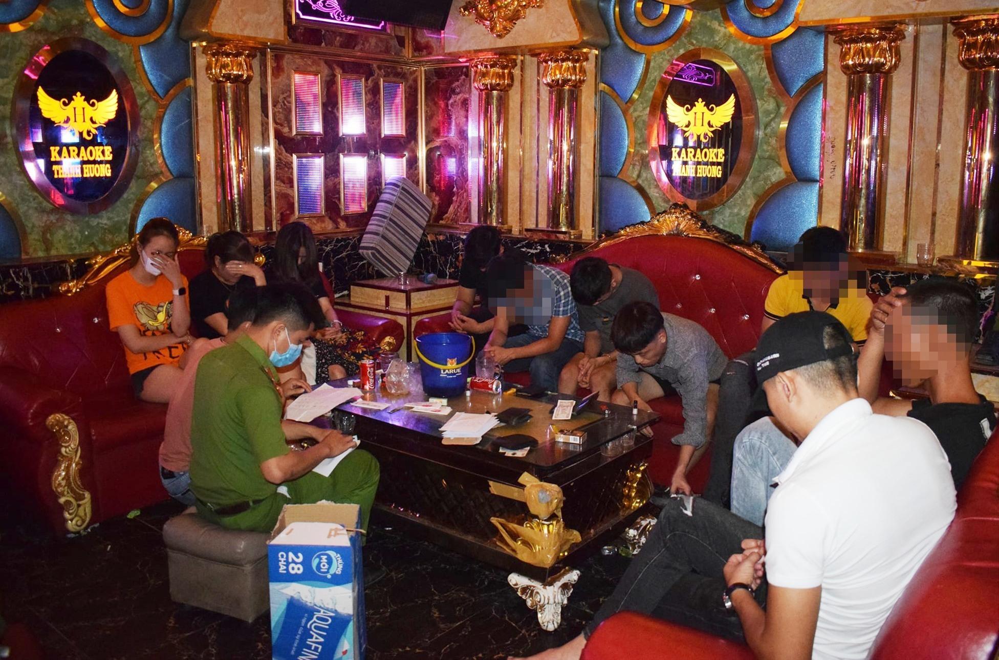 Các đối tượng sử dụng ma túy trong quán karaoke bị phát hiện. Ảnh: Công an cung cấp