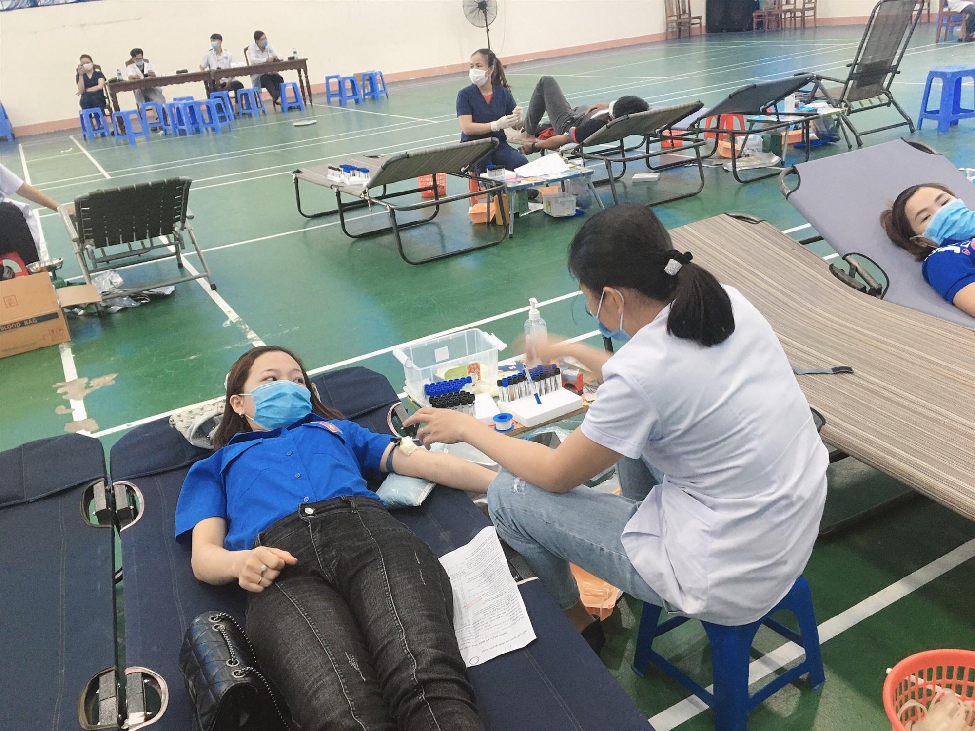 Đoàn viên thanh niên hiến máu trong Lễ hội xuân hồng năm 2021. Ảnh: T.T