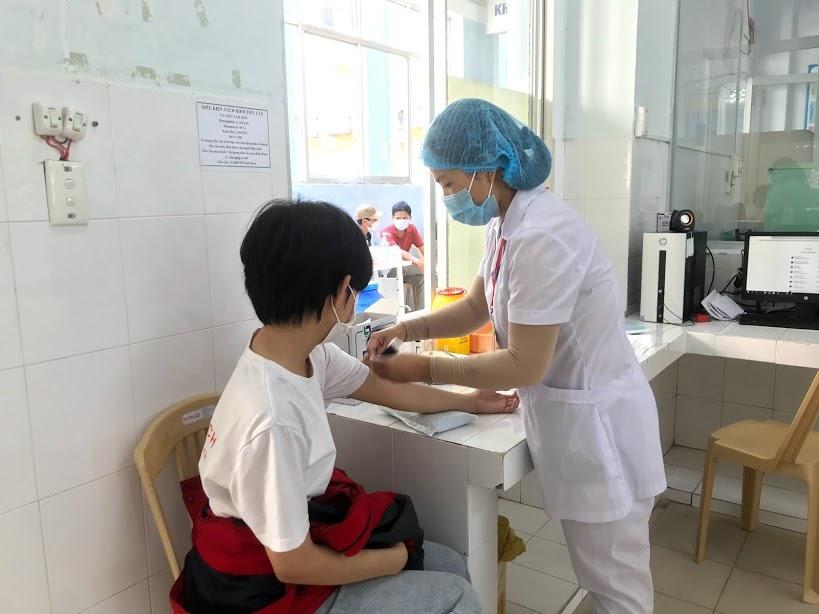 Kiểm tra sức khỏe trước khi hiến máu. Ảnh: C.N