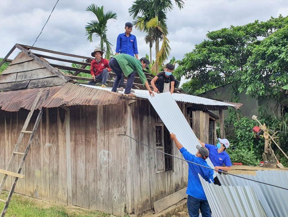 Tỉnh đoàn tổ chức chiến dịch Hành quân xanh tại xã Phước Năng. Ảnh: T.ĐẠT