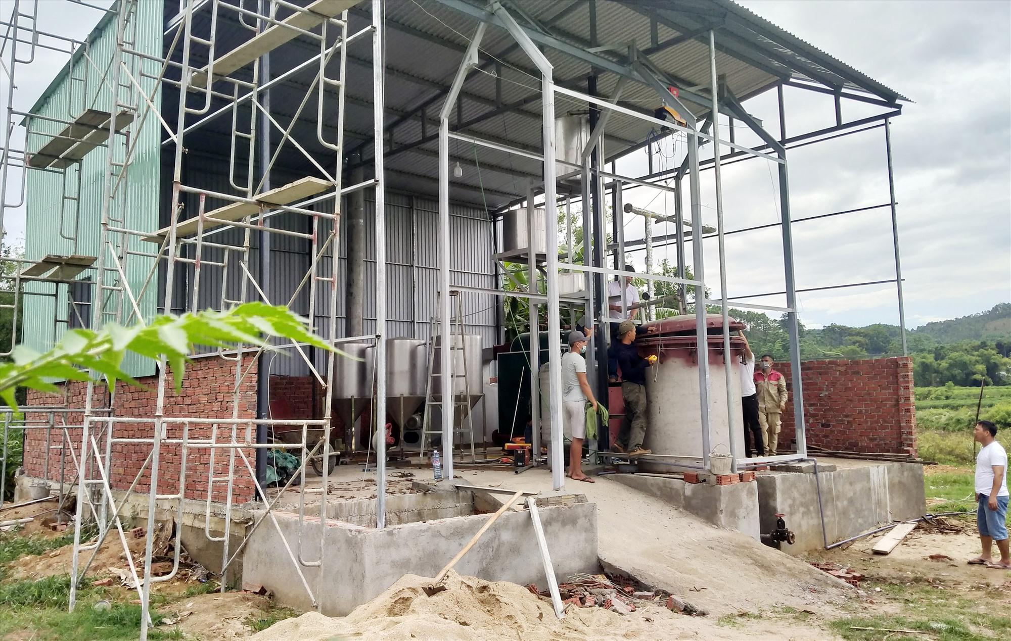 Hợp tác xã Quế Trà My - Minh Phúc đang đầu tư xây dựng hệ thống chiết xuất tinh dầu quế chuyển từ thủ công sang lò hơi. Ảnh: N.Đ