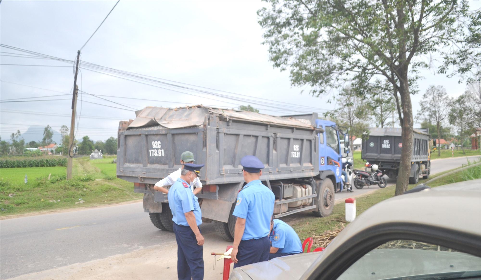 Thanh tra Sở GTVT kiểm soát tải trọng xe tải trên quốc lộ 14H (Hội An-Duy Xuyên-Nông Sơn). Ảnh: CT