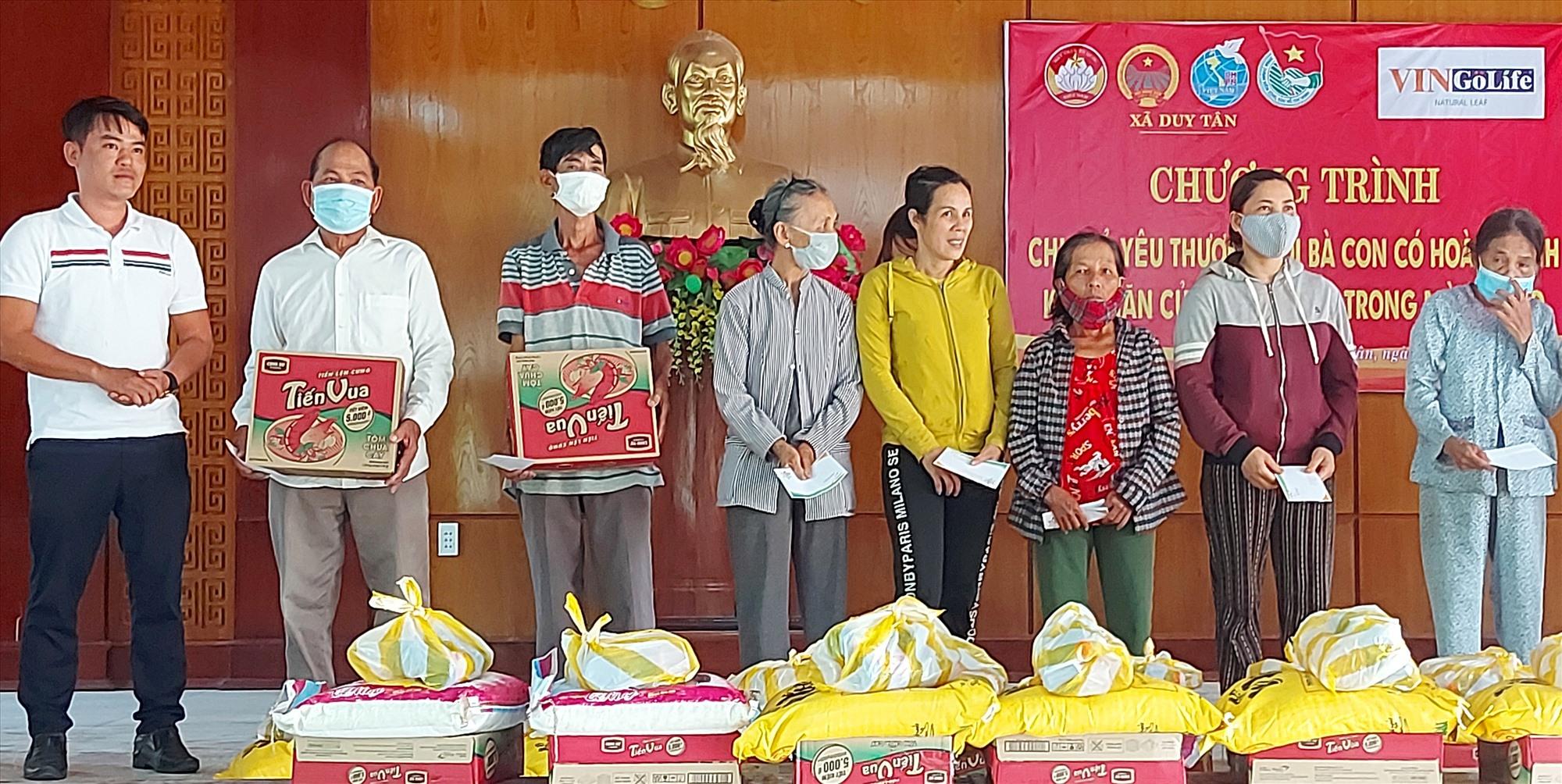 Công ty sơn VinGoLife tặng 20 suất quà cho bà con nghèo tàn tật xã Duy Tân( Duy Xuyên). Ảnh Lê A Dũng
