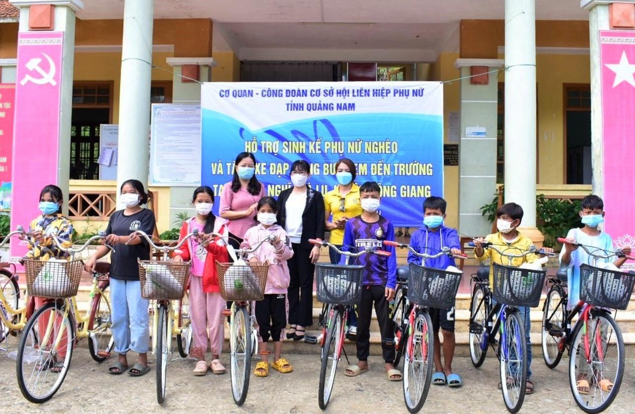 Trao xe đạp cho học sinh có hoàn cảnh khó khăn. Ảnh: CTV