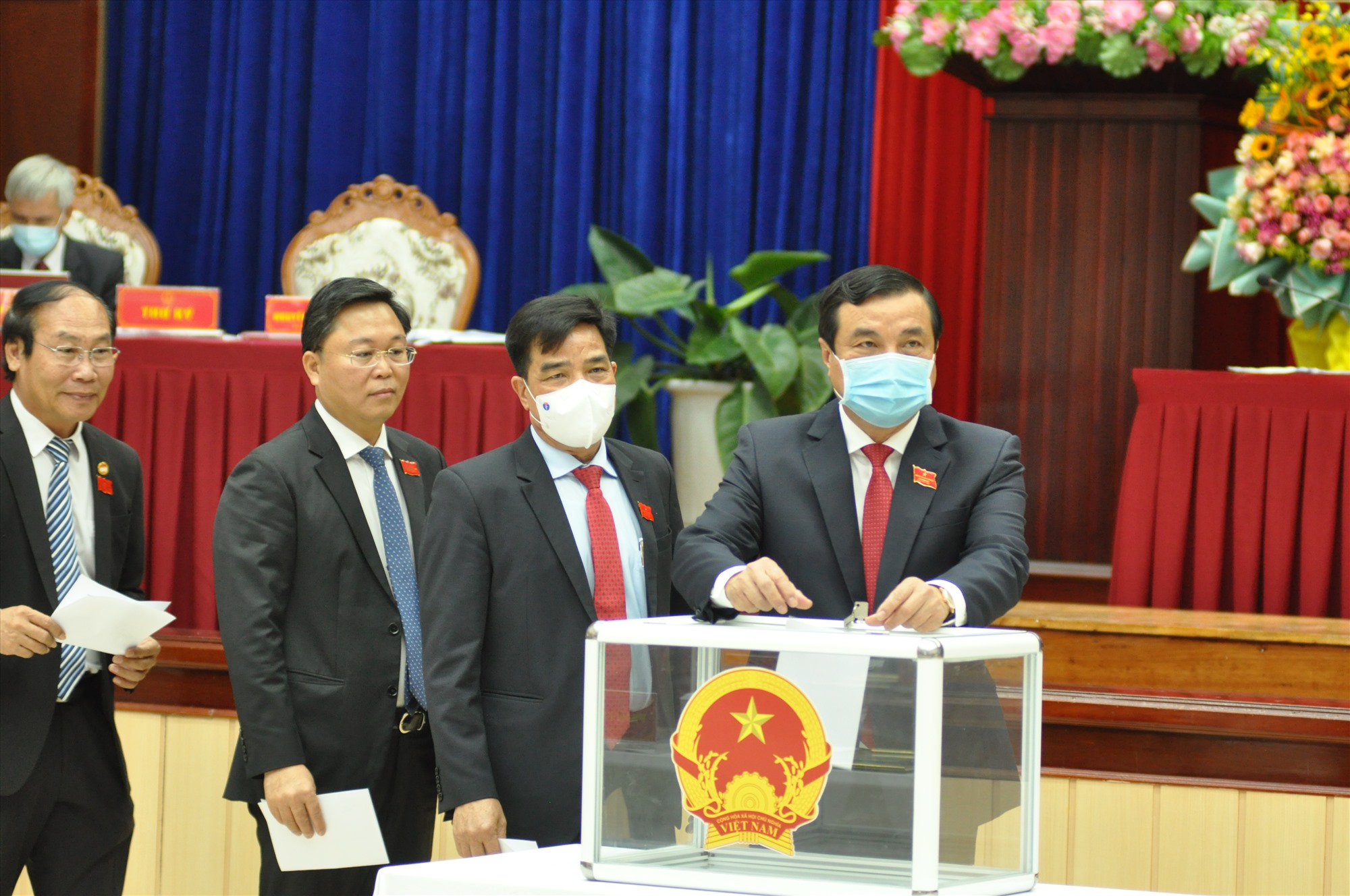 Đại biểu HĐND tỉnh bỏ phiếu bầu chức danh Chủ tịch UBND tỉnh nhiệm kỳ 2021 - 2026. Ảnh: P.Đ