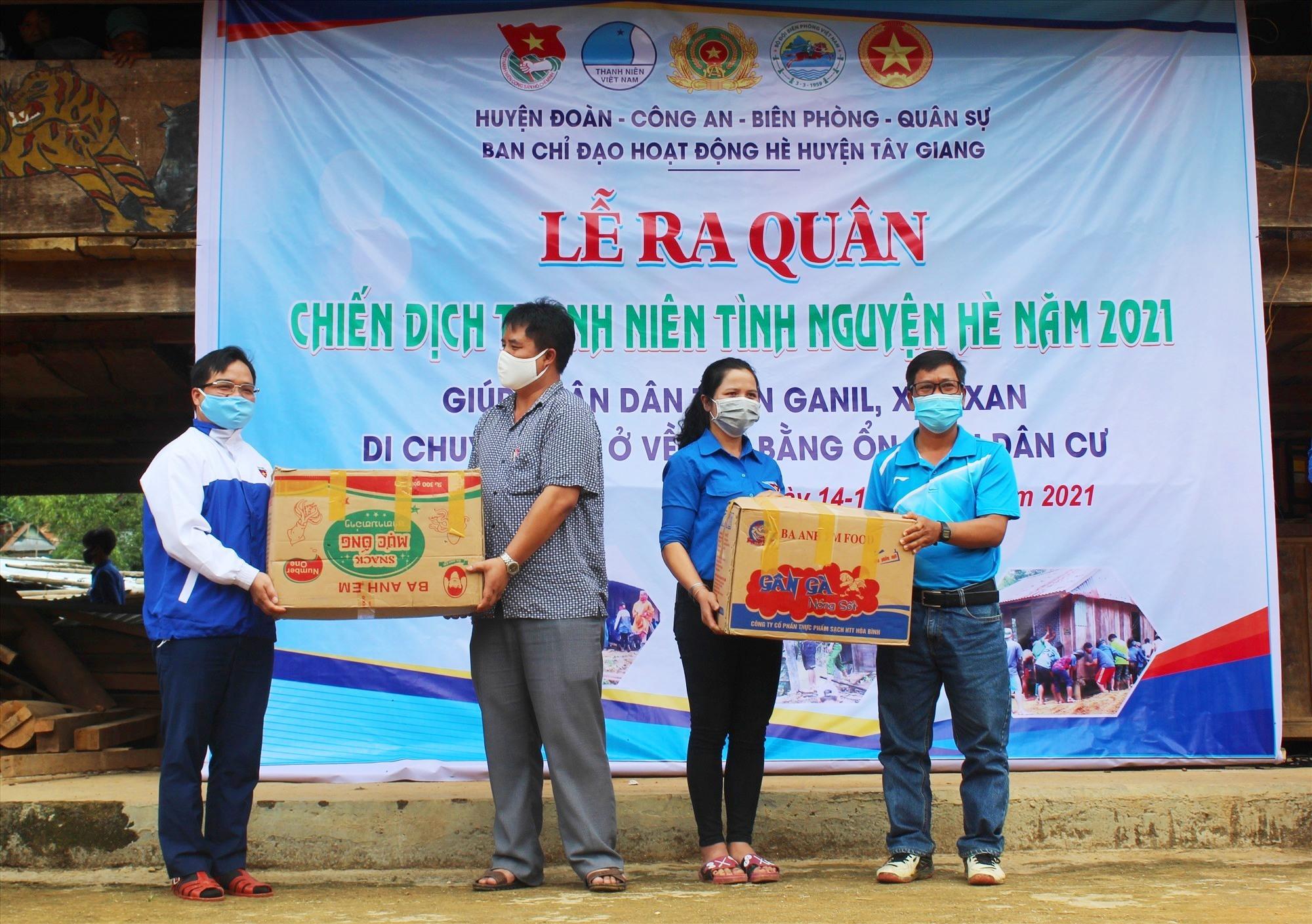 Lãnh đạo huyện tặng quà động viên các ĐV-TN hoàn thành nhiệm vụ của mình. Ảnh: Đ.H