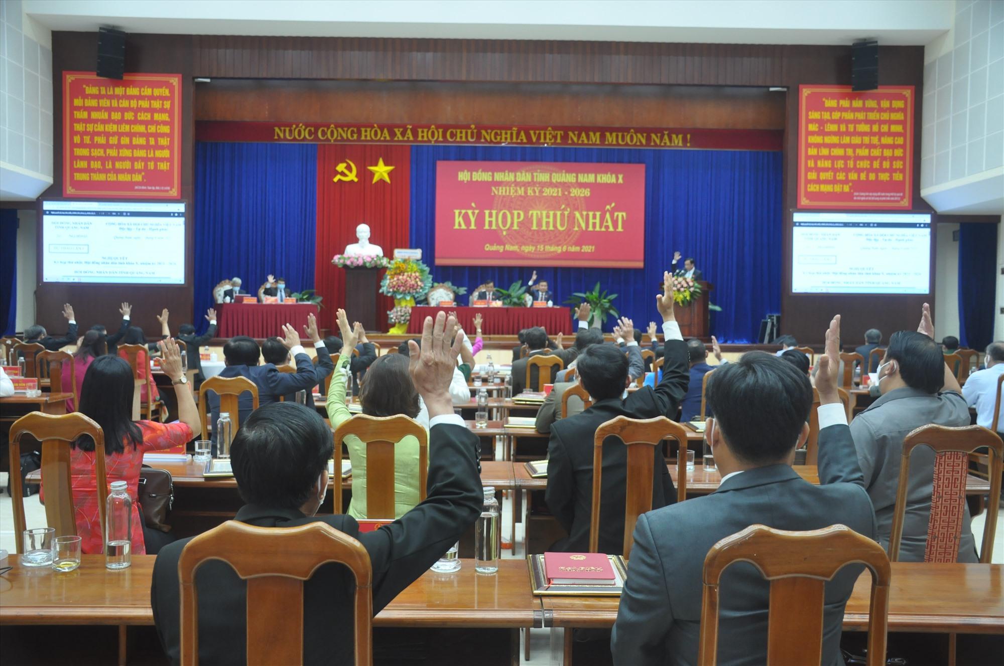Đại biểu HĐND tỉnh biểu quyết thông qua các nghị quyết tại Kỳ họp thứ nhất HĐND tỉnh khóa X. Ảnh: Đ.P