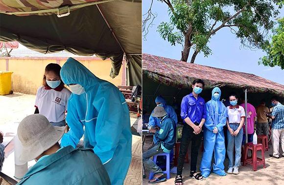 SV Huệ Phương (mặc áo bảo hộ y tế) đang thực hiện đo nhiệt độ cho người dân đi qua chốt kiểm dịch xã Đại Hiệp, huyện Đại Lộc , ráp rnh TP Đà Nẵng. Ảnh VS