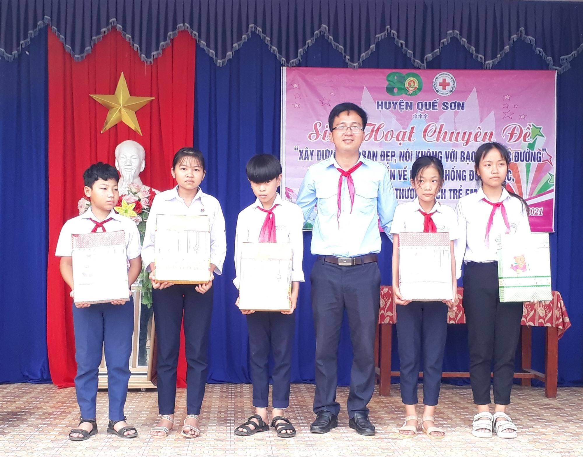 Hội đồng Đội Quế Sơn tặng quà hỗ trợ học sinh khó khăn ở xã Quế Minh. Ảnh: T.
