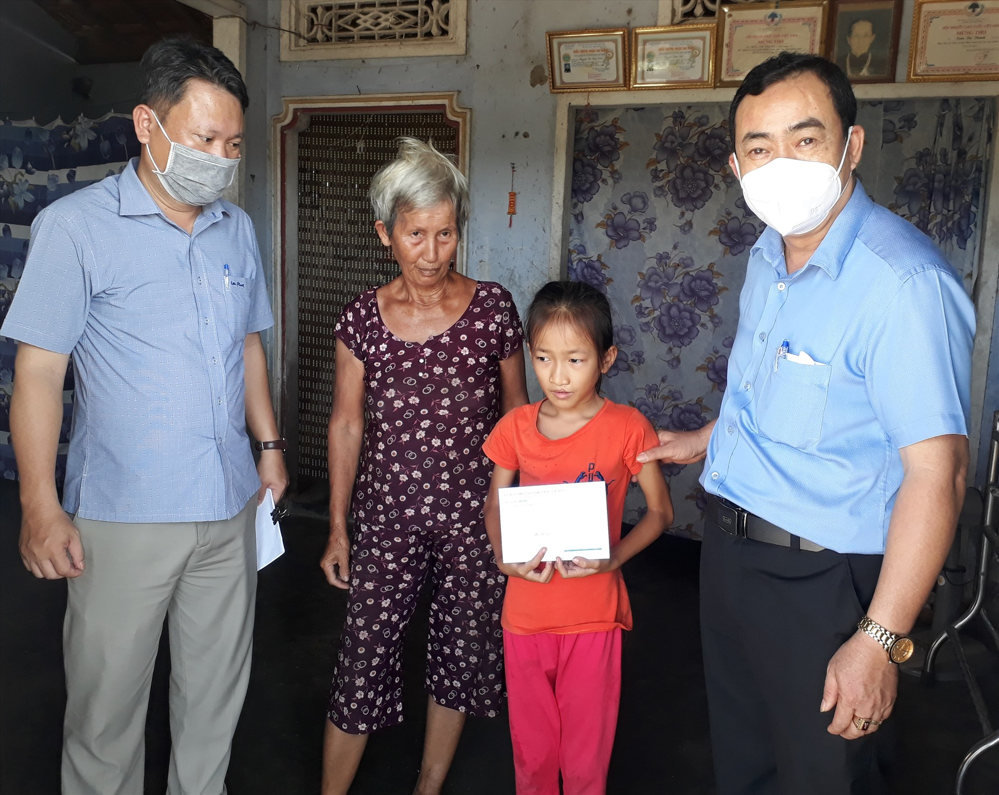 Lãnh đạo huyện Quế Sơn thăm, tặng quà trẻ em đặc biệt khó khăn nhân ngày Quốc tế Thiếu nhi 1.6. Ảnh: T.P