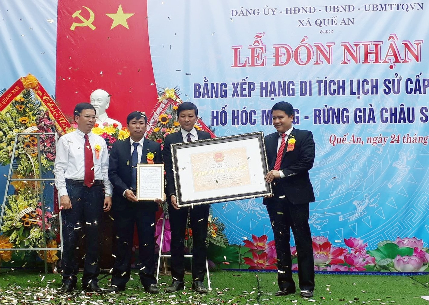 Phó Chủ tịch UBND tỉnh Trần Văn Tân (bên phải) trao bằng chứng nhận di tích lịch sử cấp tỉnh đối với hố Hóc Mạng - rừng già Châu Sơn cho lãnh đạo xã Quế An (Quế Sơn). Ảnh: T.L