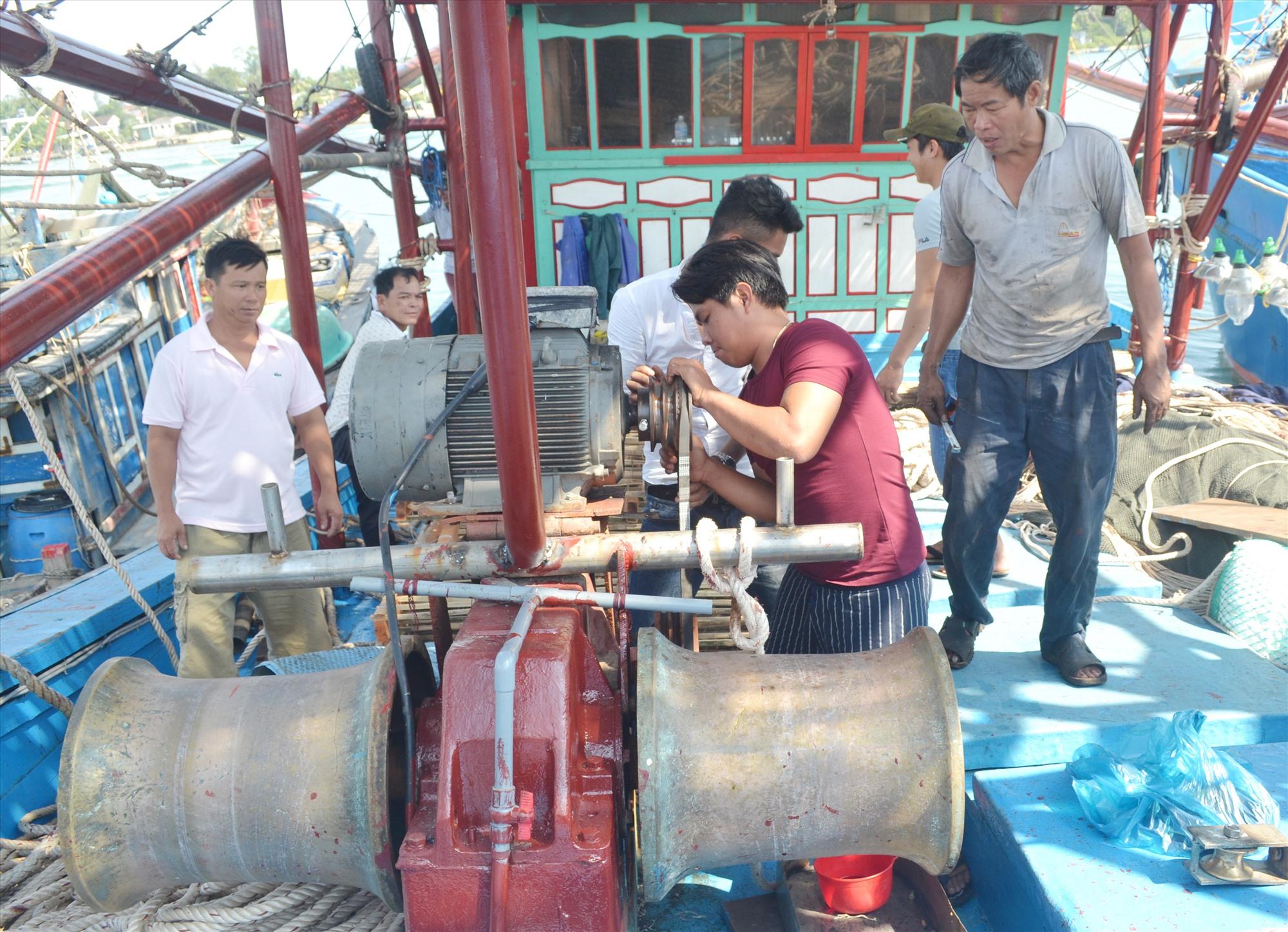 Tời thủy lực lắp đặt trên tàu khai thác hải sản xa bờ của ngư dân Trần Công Ba (thôn Sâm Linh Đông, xã Tam Quang, Núi Thành). Ảnh: VIỆT NGUYỄN
