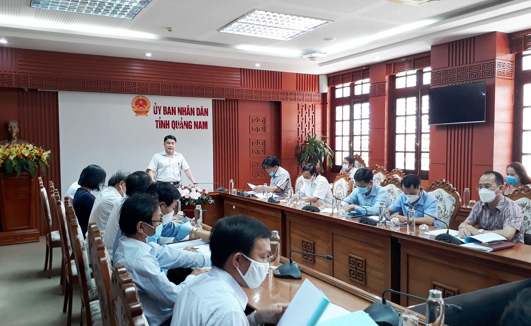Phó Chủ tịch UBND tỉnh Trần Văn Tân yêu cầu tăng cường phòng chống dịch tại kỳ thi tốt nghiệp THPT sắp tới. Ảnh: X.P