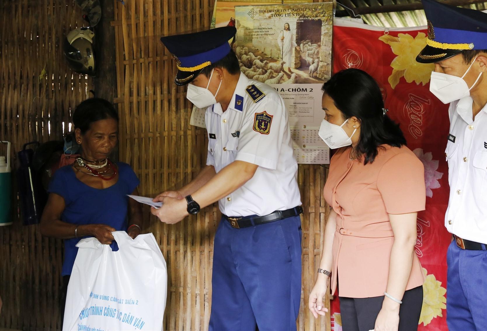 Đoàn công tác đến thăm hỏi, tặng quà cho một gia đình tín đồ đạo Tin Lành có hoàn cảnh khó khăn tại xã Kà Dăng. Ảnh: T.C