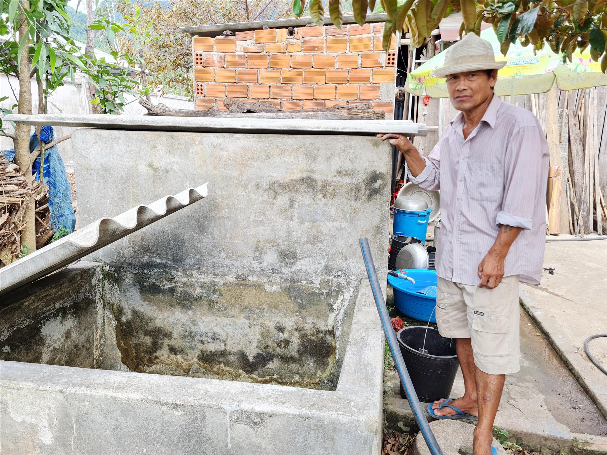 Ông Nguyễn Tuấn Khương (khe Hóc) hằng ngày phải ra sông chở nước về sử dụng. Ảnh: H.LIÊN
