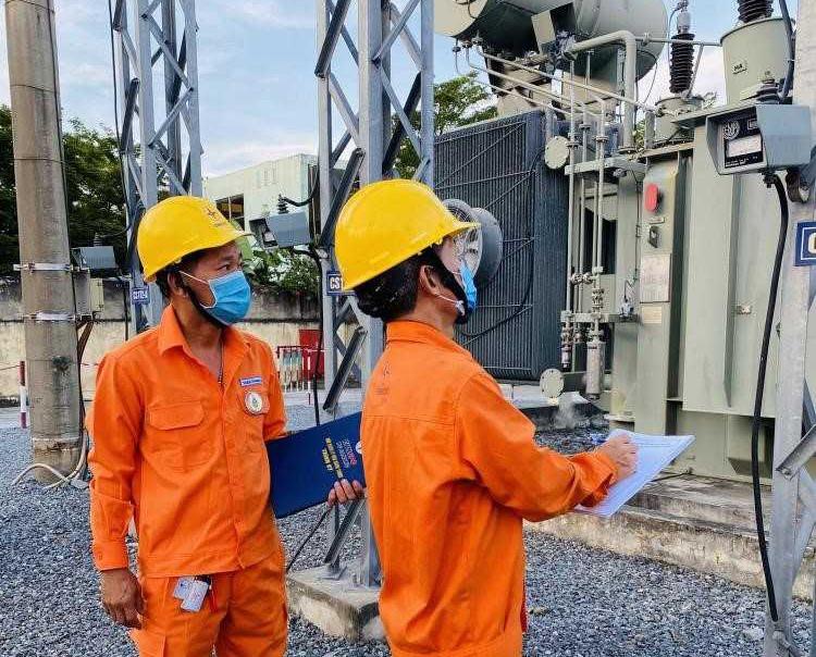 Ngành điện tiếp tục chia sẻ với những khó khăn của khách hàng sử dụng điện. Ảnh: P.V