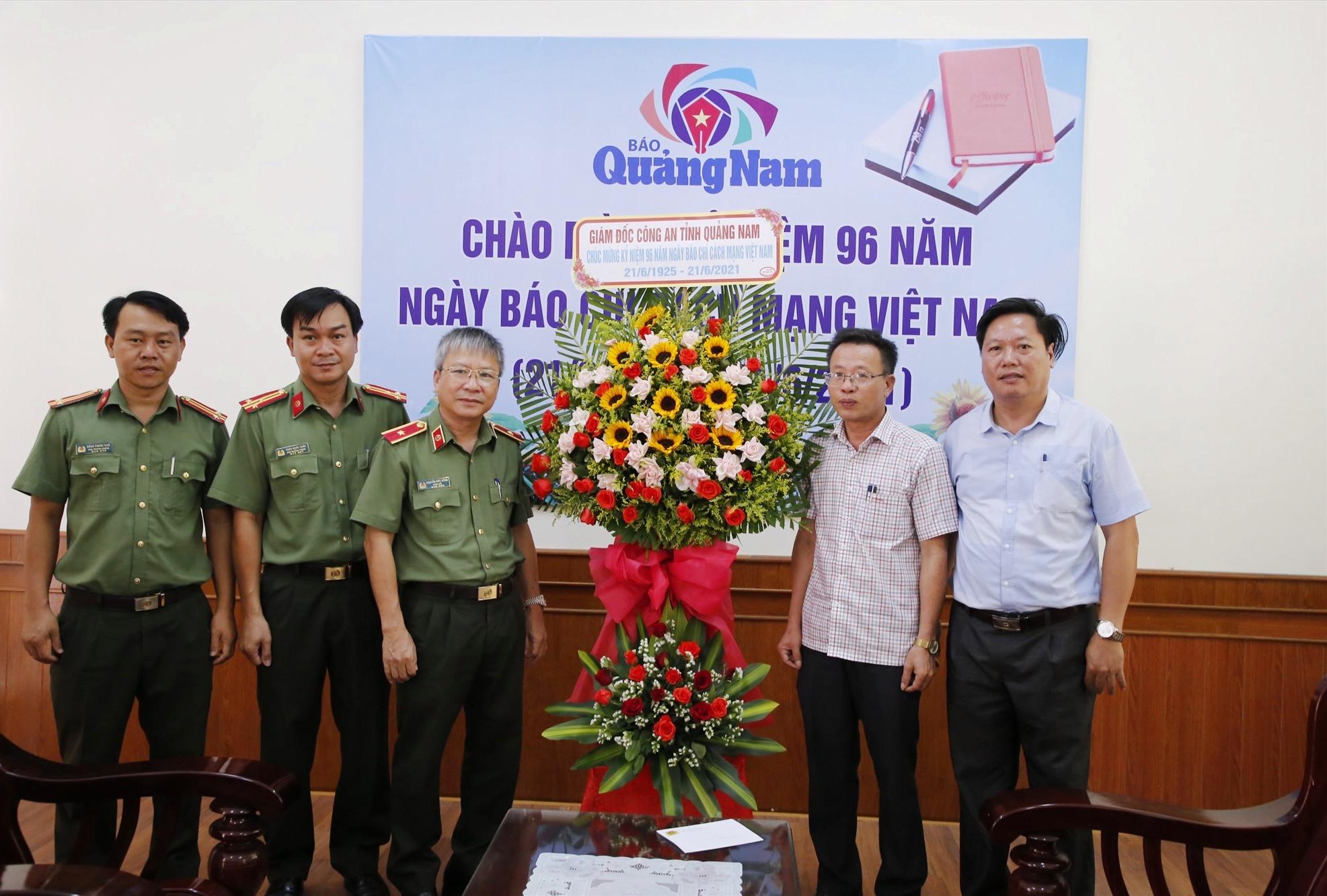 Thiếu tướng Nguyễn Đức Dũng chụp ảnh lưu niệm với lãnh đạo Báo Quảng Nam. Ảnh: T.C