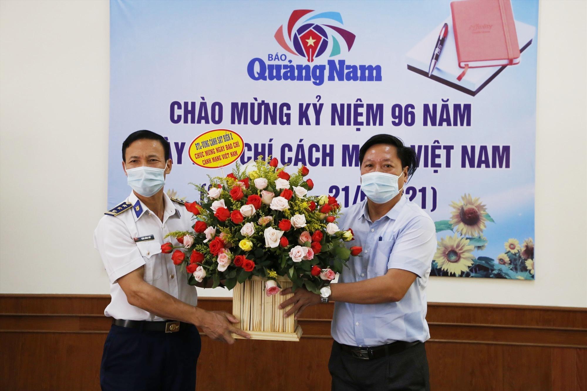 Đại diện lãnh đạo Bộ tư lệnh Vùng Cảnh sát biển 2 thăm, tặng hoa Báo Quảng Nam nhân kỷ niệm 96 năm ngày Báo chí cách mạng Việt Nam. Ảnh: T.C