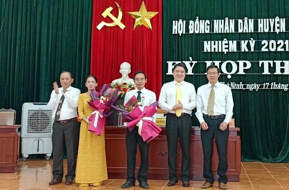 Phó Chủ tịch UBND tỉnh Trần Văn Tân tặng hoa chúc mừng các đồng chí được bầu giữ các chức vụ chủ chốt của UBND huyện Phú Ninh. Ảnh: H.Đ