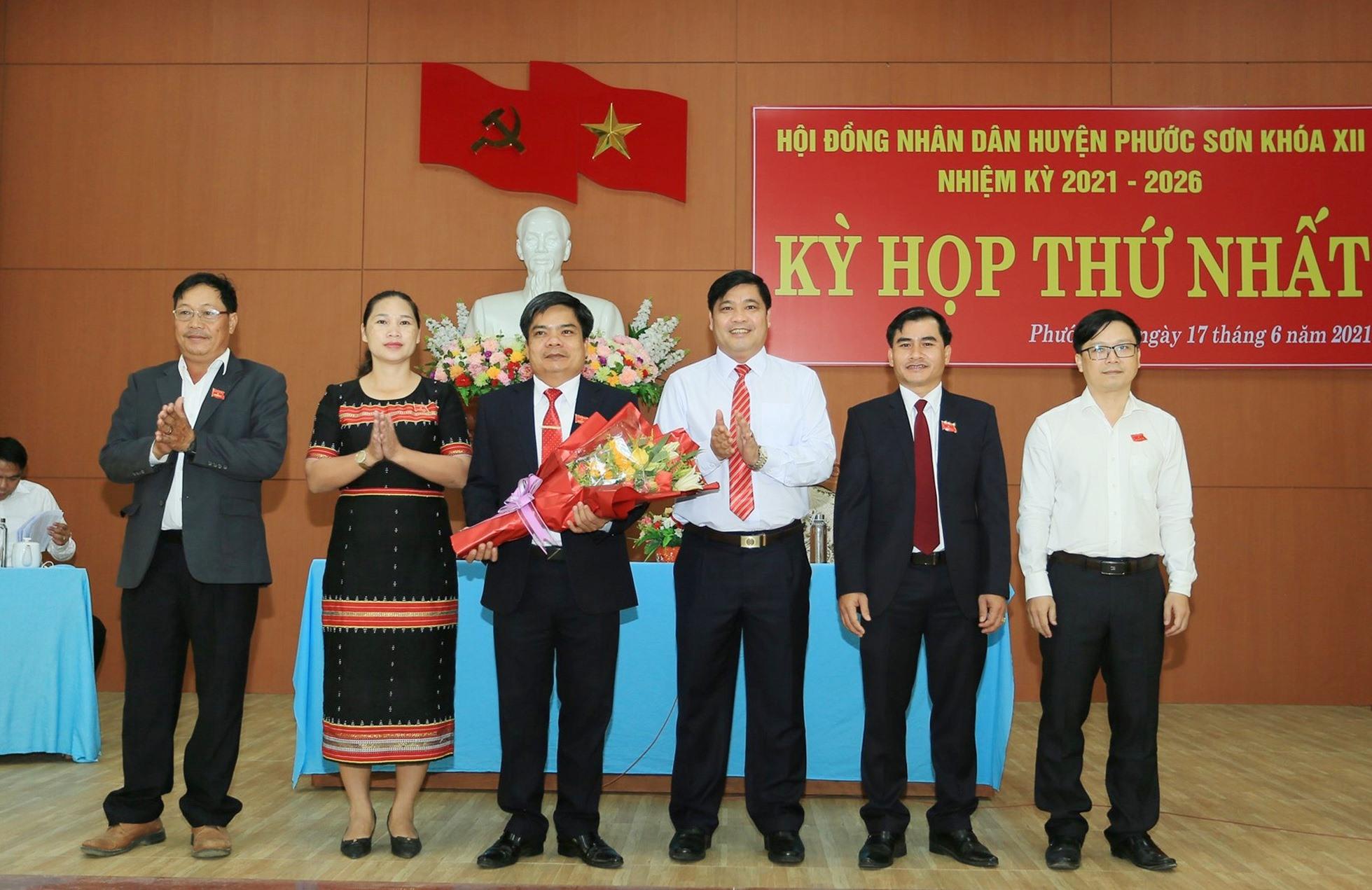 Đồng chí Nguyễn Mạnh Hà tặng hoa chúc mừng các đồng chí tái cử. Ảnh: Q.K