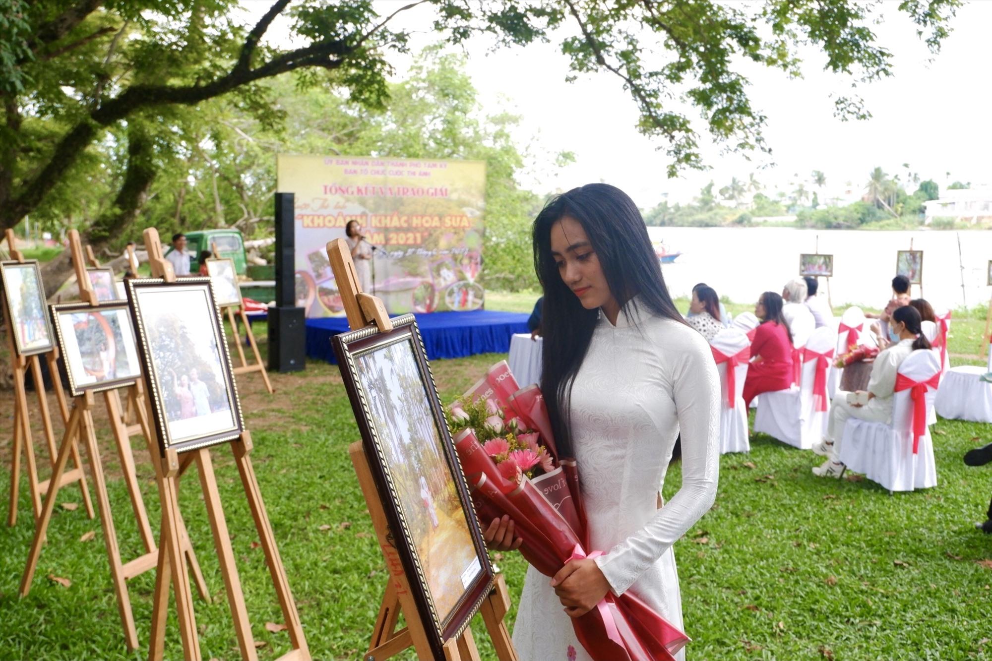 """Các tác phẩm được giải cuộc thi ảnh """"Khoảnh khắc mua hoa sưa năm 2021"""" được chọn trưng bày tại Khu vực Vườn Cừa, Phường Hòa Hương. Ảnh: X.H"""
