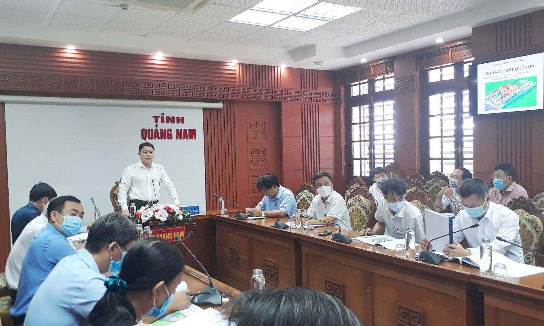 Phó Chủ tịch UBND tỉnh Trần Văn Tân đề nghị đơn vị thiết kế chỉnh sửa và sớm hoàn thiện để trình UBND tỉnh phê duyệt. Ảnh: X.P