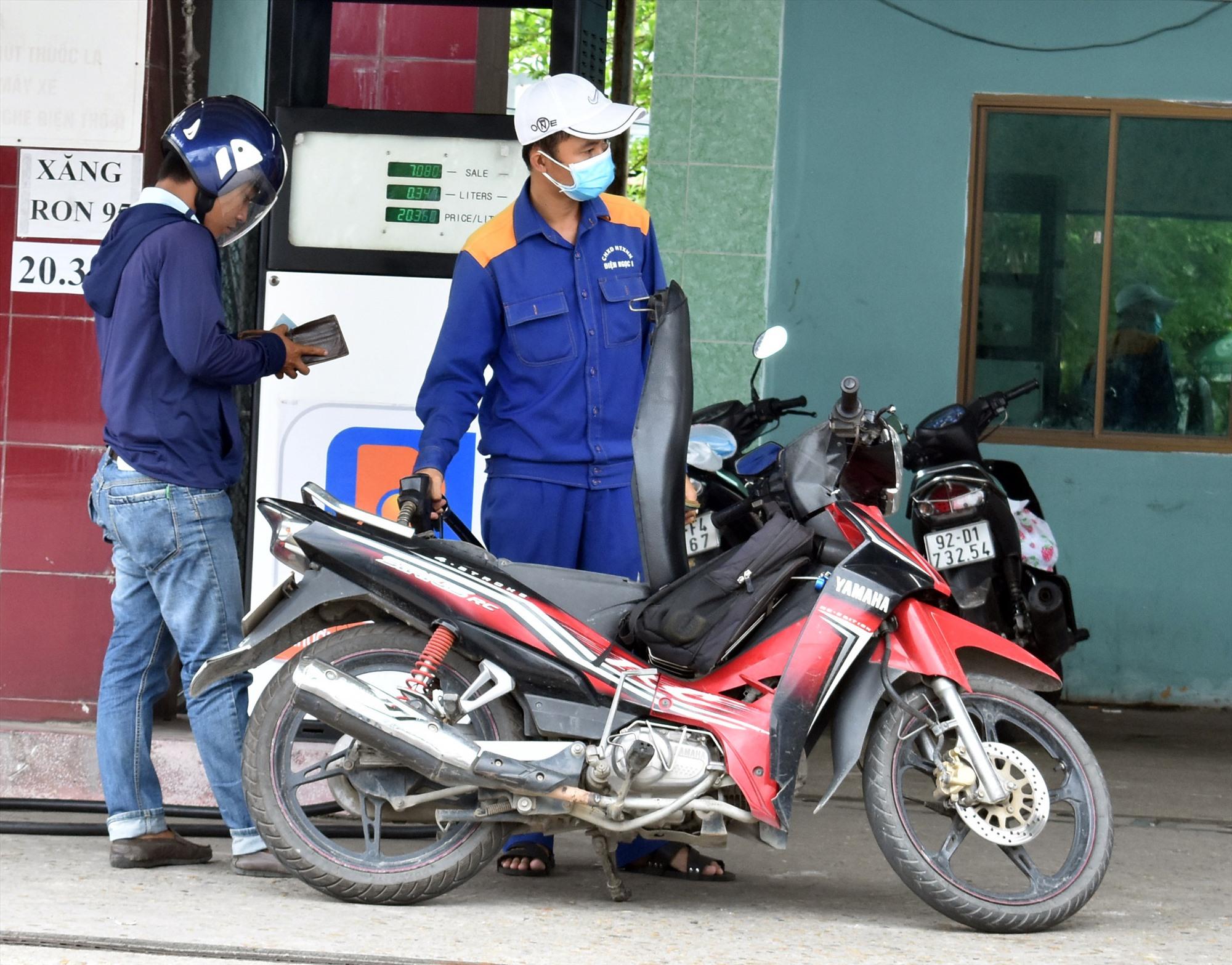 Giá bán lẻ xăng dầu ở Quảng Nam luôn cao hơn Đà Nẵng 200 đồng/lít. Ảnh: V.L